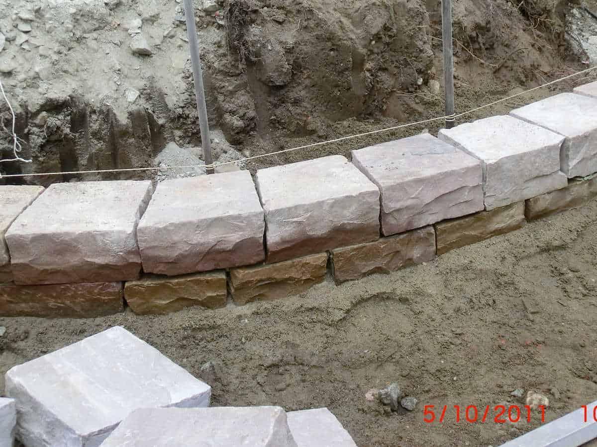 Anlage mit viel Naturstein (6)